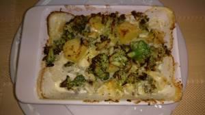 Zapiekane brokuły z ziemniakami zwieńczone śmietaną